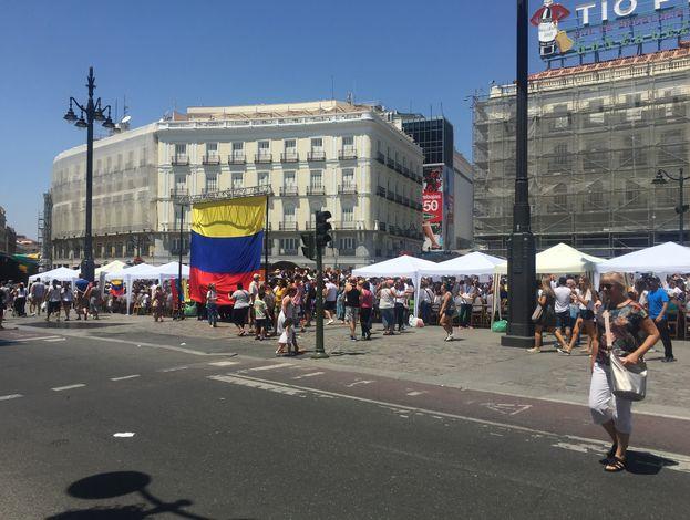 Miles de venezolanos se unen al plebiscito desde distantes países. En la imagen, centenares de venezolanos en un punto de votación en Puerta del Sol, Madrid (España). (14ymedio)