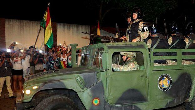 Militares salen este lunes a patrullar las calles, en Santa Cruz. (EFE/Juan Carlos Torrejón)