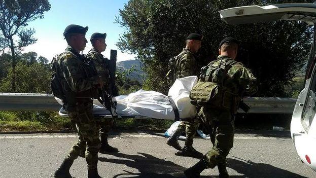 Militares colombianos trasladando el cuerpo sin vida de un supuesto integrante del ELN este lunes. (EFE)