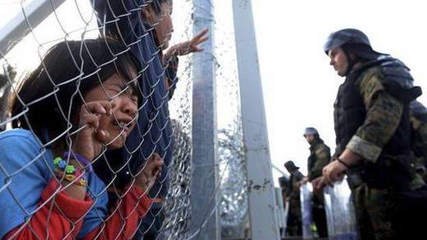 Militares montan guardia junto a una valla en la frontera macedonia. (EFE)