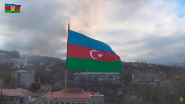 Imagen del Ministerio de Defensa de Azerbaiyán con la bandera azerbaiyana en Shushi después de que el ejército azerbaiyano tomara la ciudad bajo su control, en Nagorno-Karabaj. (EFE/EPA/Captura)