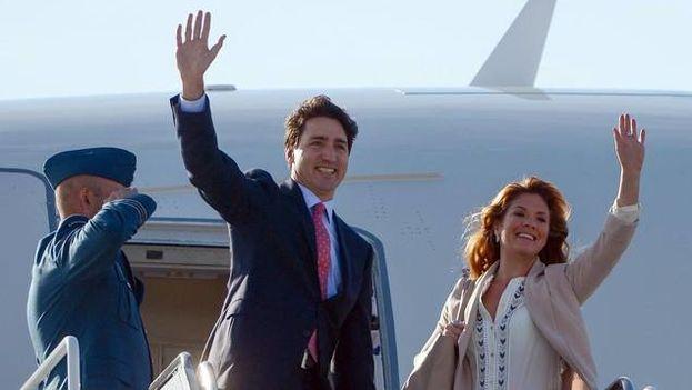 El Primer Ministro de Canadé Justin Trudeau saluda a su llegada a Cuba. (EFE)