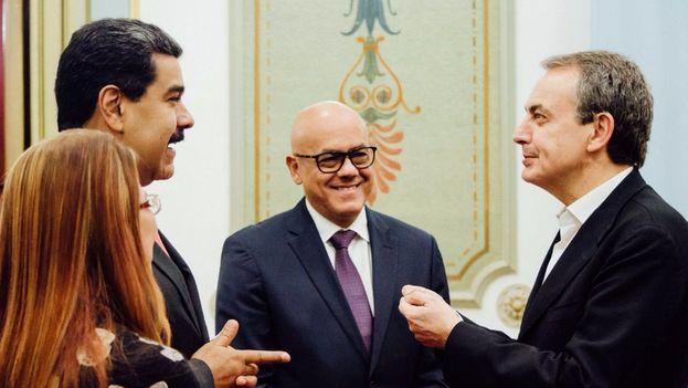 El líder chavista recibió en el palacio presidencial de Miraflores al exjefe del Gobierno español José Luis Rodríguez Zapatero, acompañante de las conversaciones en Santo Domingo. (@NicolasMaduro)