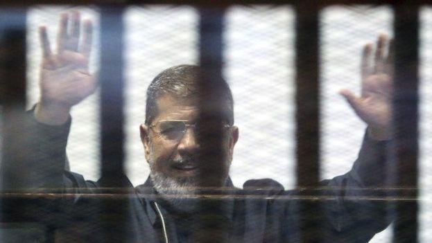 El depuesto presidente egipcio Mohamed Mursi asiste a su juicio en El Cairo. (Archivo EFE)