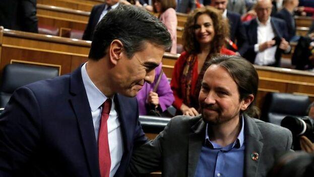Momento en el que Pablo Iglesias, líder de Unidas Podemos, felicita a Pedro Sánchez. (EFE/Juan Carlos Hidalgo)