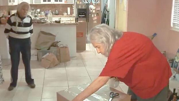 Momento en que Ana Lázara Rodríguez y Miriam Ortega Nuñez empacan sus pertenencias. (Captura)