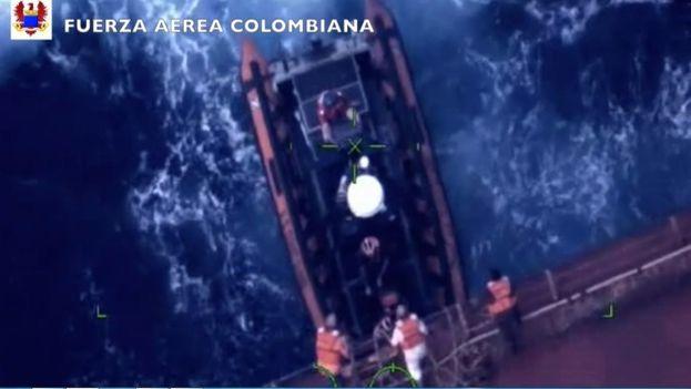 Momento del rescate de los cuatro náufragos estadounidenses. (Fuerza Aérea Colombiana)