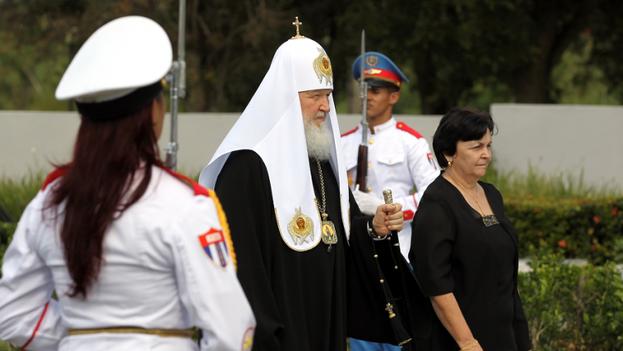 El patriarca ruso Kiril en el Monumento al Soldado Internacionalista Soviético, en La Habana. (EFE)