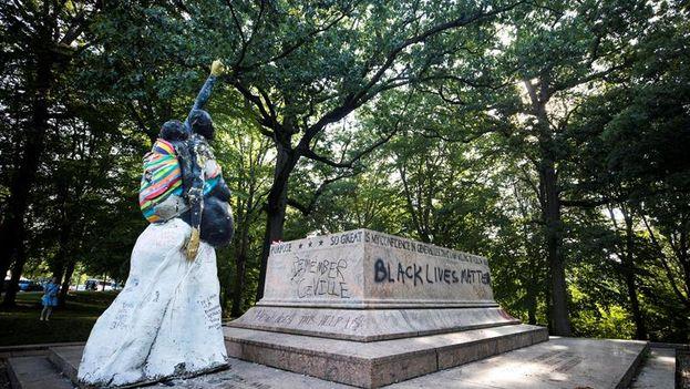 Vista de la base donde se encontraba el Monumento de Robert E. Lee y Stonewall Jackson, en Baltimore. (EFE)