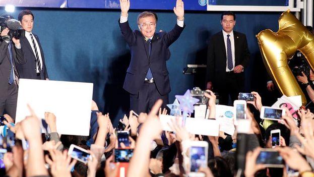El candidato liberal surcoreano, Moon Jae-in, celebra el triunfo en las elecciones presidenciales junto a sus seguidores en Seúl. (EFE)