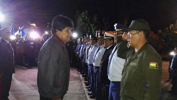 Morales a su llegada a Bolivia tras la intervención a la que se sometió en Cuba. (TeleSur/Captura)