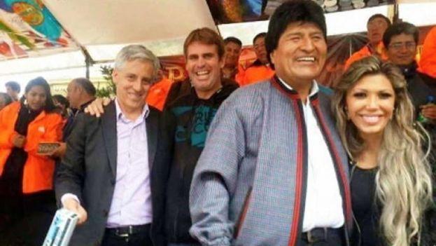 Evo Morales y Gabriela Zapata compartieron en el palco oficial del Carnaval de Oruro 2015. (Redes sociales)