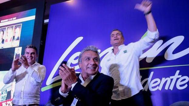 Lenín Moreno, candidato por el movimiento Alianza País, celebra junto a Rafael Correa los resultados electorales. (EFE)