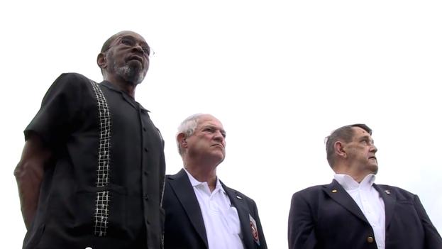 Mike East, Larry Morris y Jim Tracy, los marines que arriaron la bandera de Estados Unidos de la embajada en 1961 y que volverán a izarla este 14 de agosto. (Department of State)