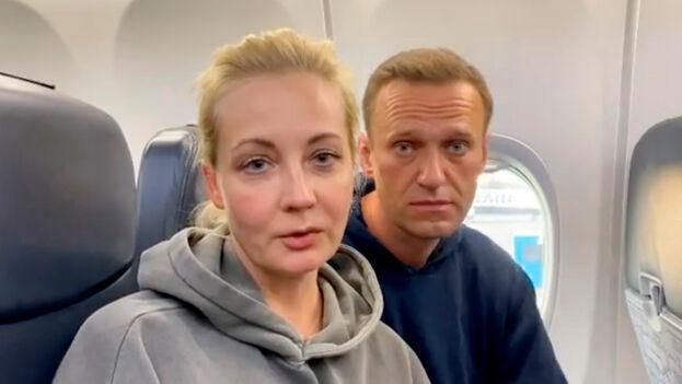 Tras aterrizar en Moscú, varios policías le pidieron al líder opositor ruso Alexéi Navalni que los acompañara. (EFE)