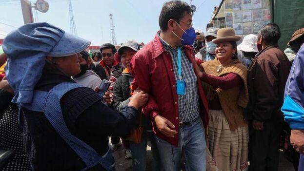 El candidato del partido del Movimiento Al Socialismo, Luis Arce, saluda a sus partidarios en la Feria 16 de Julio en El Alto, Bolivia. (EFE/Martín Alipaz)