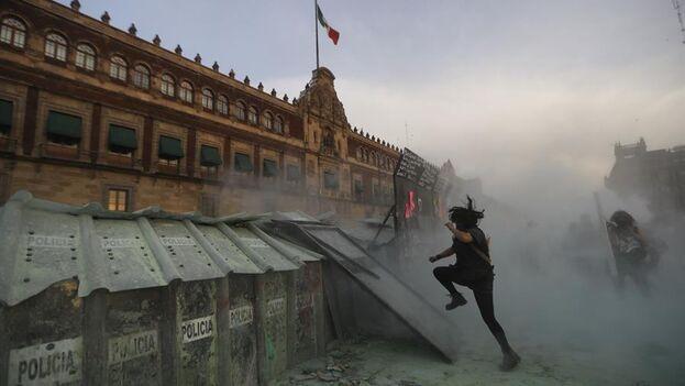 Mujeres activistas protestan hoy durante el Día Internacional de la Mujer en el Zócalo de la Ciudad de México (México).