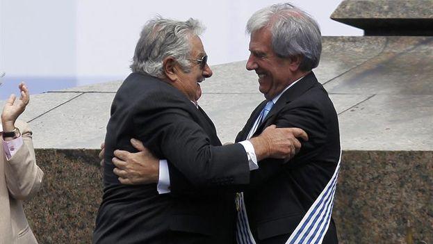 José Mujica entrega la banda presidencial a su sucesor, Tabaré Vázquez. (EFE/Hugo Ortuño)