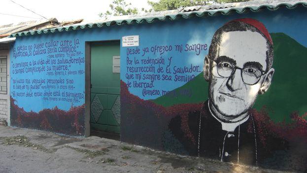 Mural de Oscar Romero en las calles de San Salvador. (Flickr/McKeller)
