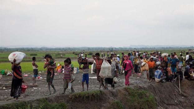 Musulmanes de la minoría rohinyá entran en Bangladesh, en Telnaf. (EFE/Str)