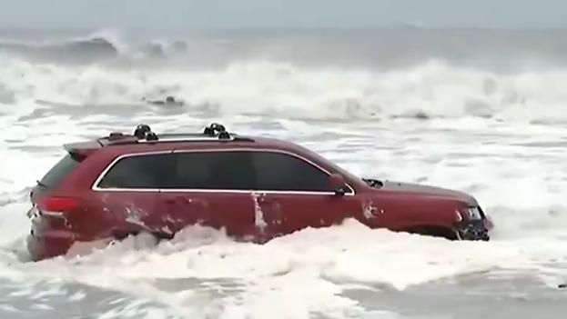 Un coche queda atrapado en Myrtle Beach, Carolina del Sur, ante la llegada del huracán Dorian. (Captura)