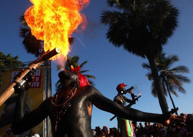 Dos hombres lanzan fuego durante una participación en el Gran Desfile Nacional de Carnaval en Santo Domingo (República Dominicana). (EFE)