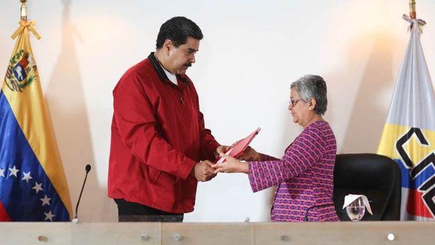 El Consejo Nacional Electoral recibe de manos de Maduro las bases comiciales para la Asamblea Nacional Constituyente. (@Tibisay_Lucena)