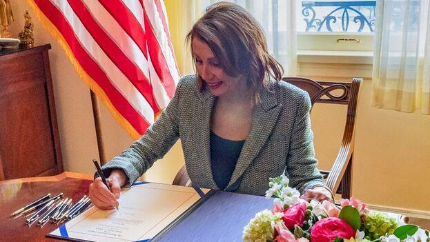 Nancy Pelosi firma la resolución adoptada ayer que, en su opinión, supone el compromiso de EE UU con la separación de poderes. (@SpeakerPelosi)