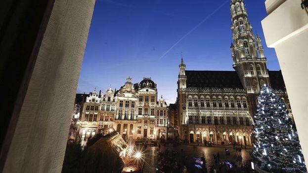 Vista desde una ventana del árbol de Navidad instalado en la Grand Place de Bruselas. (EFE/Laurent Dubrule)