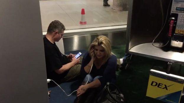 La congresista del estado de Nevada, Michelle Fiore, medió telefónicamente con los milicianos desde el aeropuerto. (Twitter)