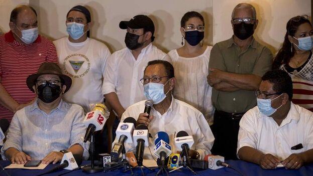 El periodista y aspirante a la presidencia de Nicaragua Miguel Mora (i), el presidente del partido restauración democrática (PRD) Saturnino Serrato (c) y el coordinador político del PRD Julio Gonzales (d) participaron de una conferencia de prensa, este martes en Managua (Nicaragua). (EFE/Jorge Torres)