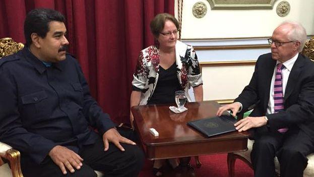 Nicolás Maduro junto a Bernard Aronson en Caracas. (@DrodriguezVen)