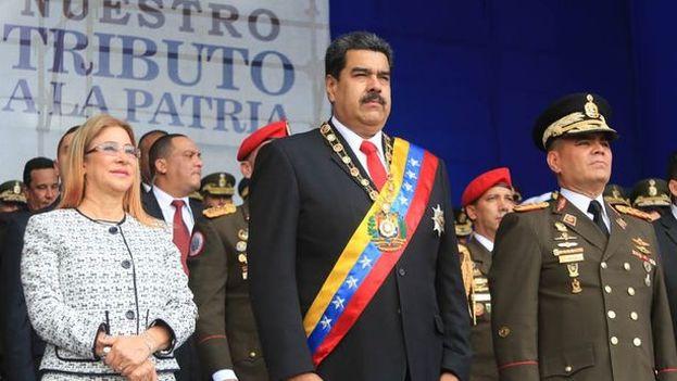 Nicolás Maduro en compañía de su esposa Cilia Flores y Vladimir Padrino. (EFE)