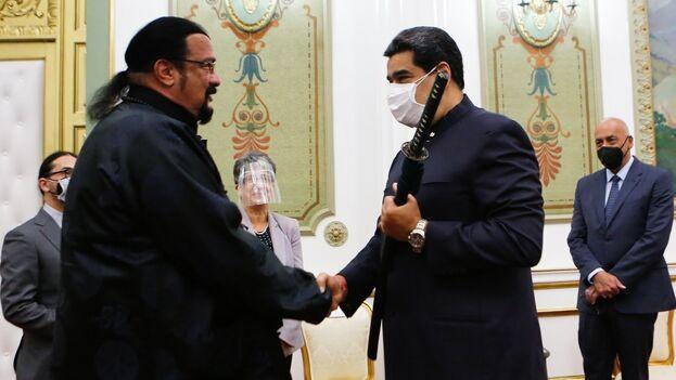 El presidente venezolano, Nicolás Maduro, en un acto de Gobierno junto al actor estadounidense Steven Seagal, este martes en Caracas. (EFE/Prensa Miraflores)