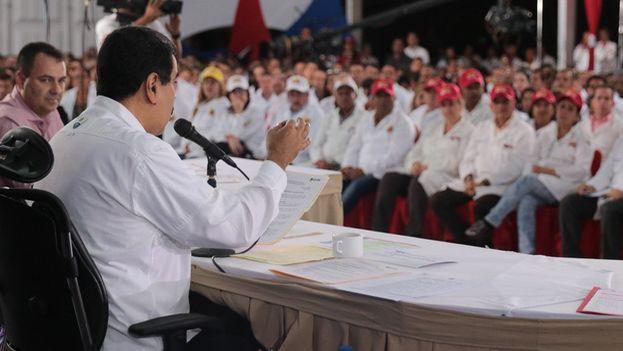 Nicolás Maduro mantuvo este lunes un encuentro con médicos en Caracas desde donde afirmó que los colombianos se benefician de la sanidad pública de su país. (@NicolasMaduro)