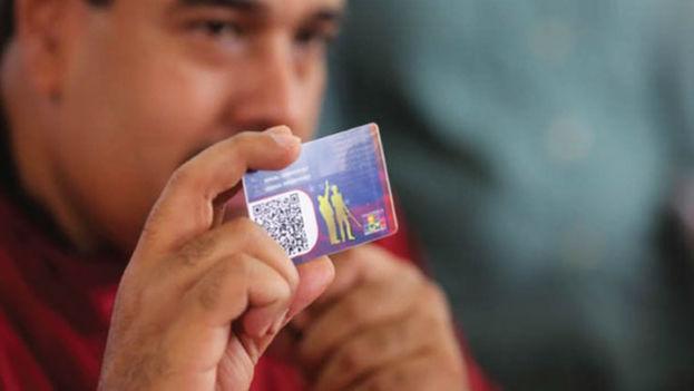 Nicolás Maduro muestra el Carnet de la Patria en transmisión nacional obligatoria de radio y televisión. (EFE)