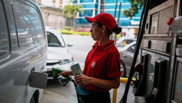 Nicolás Maduro advirtió que los embarques de gasolina que llegaron de Irán se compraron en dólares y deben venderse en dólares. (EFE)