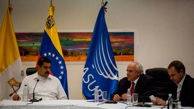 El presidente Nicolás Maduro en la mesa de diálogos con mediación del Vaticano. (Archivo EFE)