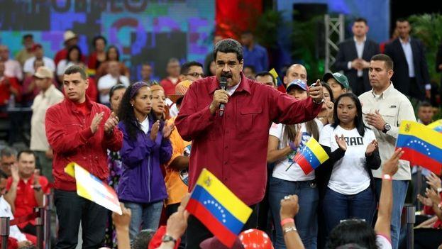 """Nicolás Maduro: """"Si Venezuela fuera sumida en el caos y la violencia y fuera destruida la revolución bolivariana nosotros iríamos al combate, nosotros jamás nos rendiríamos y lo que no se pudo con los votos lo haríamos con las armas"""". (EFE)"""