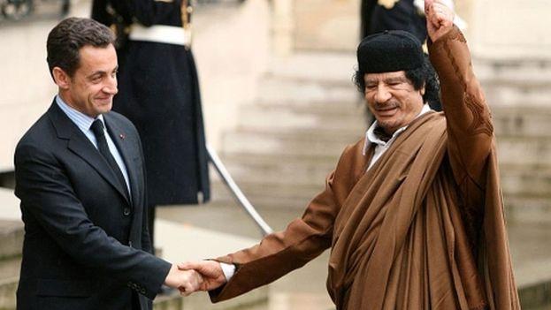 Nicolas Sarkozy recibe a Gadafi durante el mandato de ambos como dirigentes de sus respectivos países. (EFE)