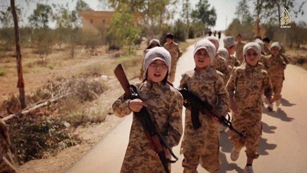 Niños durante entrenamiento militar en un campo militar del Estado Islámico
