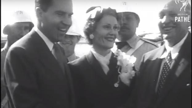 Nixon junto a su esposa durante su visita a Cuba. (Captura vídeo Archivo British Pathé)