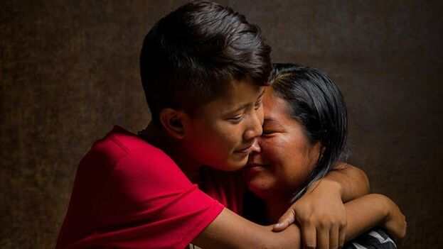 Norilsa Aparicio posa con su hijo Oscar, de 16 años, afectado por Beta-Talasemia mayor. (Miguel Gutiérez/EFE)