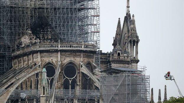 La estructura de Notre Dame se ha salvado, pero los bomberos están preocupados por la madera carbonizada y el agua acumuladas en el entretecho, que añaden excesivo peso. (EFE/ Ian Langsdon)