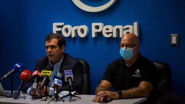 El director y presidente de la ONG Foro Penal, Alfredo Romero, junto al vicepresidente de la organización, Gonzalo Himiob, durante una rueda de prensa, en Caracas (Venezuela). (EFE/Miguel Gutiérrez)