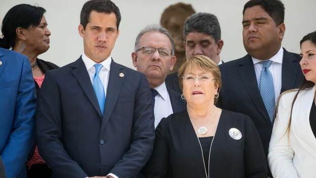 La alta comisionada de la ONU para los Derechos Humanos, Michelle Bachelet, junto al presidente interino de Venezuela, Juan Guaidó. (EFE)