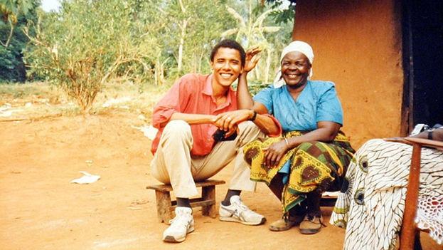 El ahora presidente Obama en 1995 junto a su abuela, la popular Mama Sarah, de 93 años actualmente. (U.S. Embassy, Jakarta/Flickr)