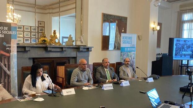 De izquierda a derecha, la doctora cubana Dayli Coro, los miembros del Observatorio Cubano de Derechos Humanos Alejandro González Raga, Yaxys Cires y Ernesto Ortiz, durante la presentación del informe, en Madrid. (OCDH)