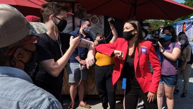 Ocasio-Cortez habla con algunos votantes en los alrededores del colegio electoral de Queens al que acudió. (EFE/EPA/Justin Lane)