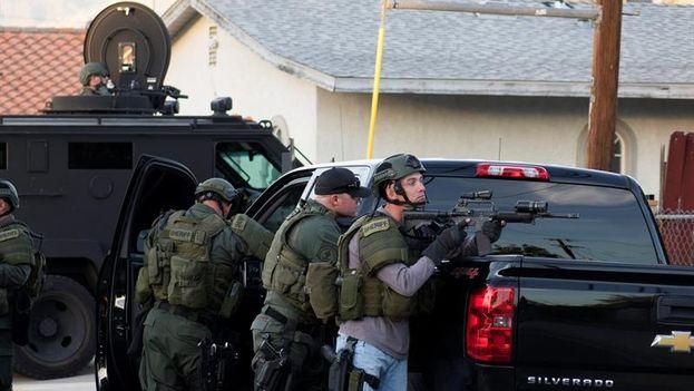 Oficiales de la policía buscan a los sospechosos cerca a la escena de la masacre en San Bernardino, California. (EFE/Eugene García)